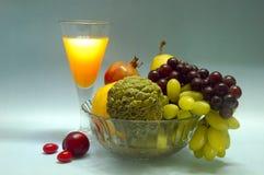 Noch Leben mit Früchten u. Saft. Stockfotografie