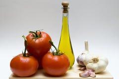 Noch Leben mit Knoblauch, Schmieröl und Tomaten stockbild