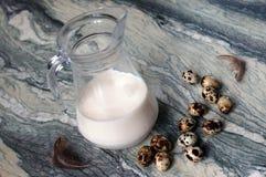 Noch Leben mit Milch- und Wachteleiern Lizenzfreies Stockbild