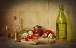 Noch Leben mit mushrums Tomaten einer Flasche Stockfoto