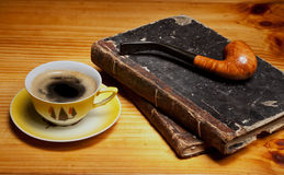 Noch Leben mit Rohrkerze und -Tasse Kaffee Stockfoto
