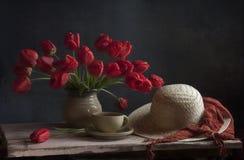 Noch Leben mit roten Tulpen Stockfoto