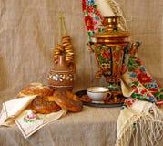 Noch Leben mit russischem traditionellem Samovar Stockfotos