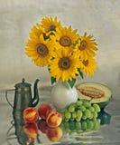 Noch Leben mit Sonnenblumen und Früchte Stockbild