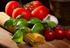 Noch Leben mit Teigwaren und Gemüse stockfotografie