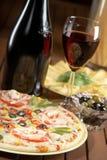 Noch Leben mit Wein und Pizza lizenzfreie stockfotografie
