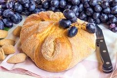 Noch lebens- ein frisches rustikales Brot und blaue Trauben Nahe gelegene Lügen Stockfotos