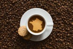 Noch lebens- Kaffee mit Karte von Frankreich stockbilder