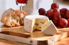 Noch-Lebensdauer mit Blauschimmelkäse, Traube und Brot. Lizenzfreie Stockfotografie