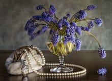 Noch-Lebensdauer mit einem Blumenstrauß, eine Handtasche Lizenzfreies Stockfoto