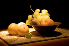 Noch-Lebensdauer mit Frucht in einem Vase Stockfotografie