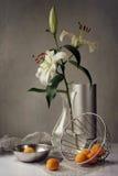 Noch-Lebensdauer mit Lilie und Pfirsich Stockfotos