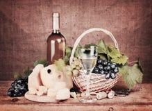 Noch-Lebensdauer mit weißem Wein lizenzfreie stockbilder