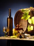 Noch-Lebensdauer mit Wein auf Blau Stockbild