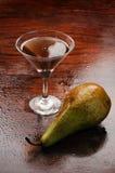 Noch-Lebensdauer mit Wein und einer Birne Lizenzfreie Stockbilder