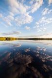 Noch perfekte Reflexion des Sees des Himmels und der Wolken Lizenzfreie Stockfotografie