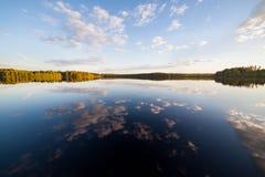 Noch perfekte Reflexion des Sees des Himmels und der Wolken Stockfotografie