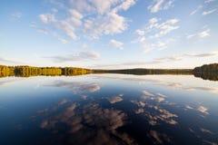 Noch perfekte Reflexion des Sees des Himmels und der Wolken Stockbild