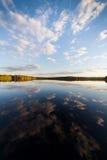 Noch perfekte Reflexion des Sees des Himmels und der Wolken Lizenzfreies Stockbild