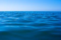 Noch ruhige Meerwasseroberfläche Lizenzfreies Stockbild