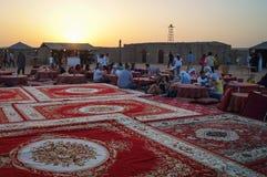 Noche árabe hacia fuera con la demostración del baile en el desierto imagenes de archivo