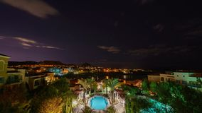 Noche al timelapse de la mañana de algún edificio, piscina y lago Las Vegas almacen de metraje de vídeo