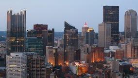 Noche al timelapse del día de la Pittsburgh, Pennsylvania 4K céntrico almacen de metraje de vídeo