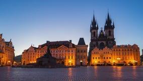 Noche al vídeo del lapso de tiempo del día de la vieja plaza de Praga en el timelapse checo 4K almacen de video
