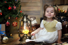 Noche antes del pequeño bebé de la Navidad que se sienta en el piso y el juego Imagen de archivo libre de regalías