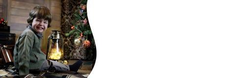 Noche antes del pequeño bebé de la Navidad que se sienta en el piso y el juego Fotografía de archivo libre de regalías