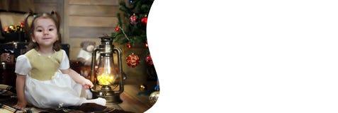 Noche antes del pequeño bebé de la Navidad que se sienta en el piso y el juego Fotos de archivo libres de regalías