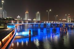 Noche azul del puente de la iluminación Imagenes de archivo