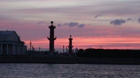 Noche blanca de la vieja de St Petersburg bolsa de acción y de las columnas rostrales almacen de video