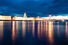 Noche blanca sobre el río de Neva Imagenes de archivo