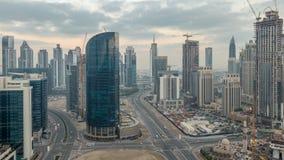 Noche céntrica de Dubai al timelapse del día Visión aérea sobre ciudad futurista grande por noche almacen de video