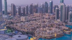 Noche céntrica de Dubai al timelapse del día Visión superior desde arriba almacen de metraje de vídeo