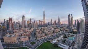 Noche céntrica del horizonte de Dubai al timelapse del día con Burj el Khalifa y la otra opinión paniramic de las torres del top  metrajes