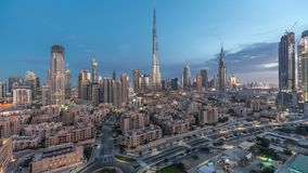 Noche céntrica del horizonte de Dubai al timelapse del día con Burj el Khalifa y la otra opinión paniramic de las torres del top  almacen de video