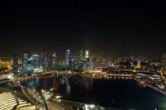 Noche central del horizonte del distrito financiero de Singapur imagen de archivo
