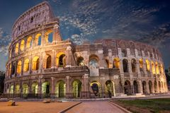 Noche Colosseum bajo coulds fotos de archivo