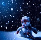 Noche de Art Christmas - fondo con el muñeco de nieve en la nieve fotografía de archivo