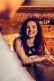 Noche de gasto feliz de la sensación de la mujer en barra con su hombre imagen de archivo libre de regalías