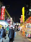 Noche de la calle de las compras de Ameyoko en Tokio, Japón Foto de archivo libre de regalías