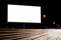 Noche de la cartelera o publicidad al aire libre foto de archivo