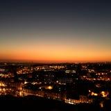 Noche de la ciudad del punto de visión encima de la colina en el sunse hermoso Fotos de archivo