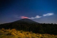 Noche de la erupción del volcán de Semeru Imagenes de archivo
