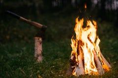 Noche de la hoguera al aire libre Imagenes de archivo