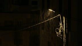 Noche de la lluvia ligera de los posts de la lámpara almacen de metraje de vídeo