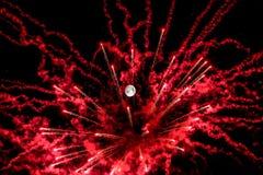 Noche de la Luna Llena con los fuegos artificiales artificiales imagen de archivo