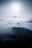Noche de la Luna Llena Noche brumosa de hadas en la montaña de Bohemio-Sajonia Suiza Colinas como las islas crecientes de la nieb Fotos de archivo